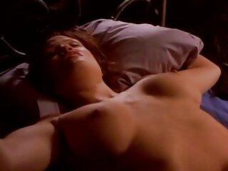 Mujer haciendo masaje de próstata, facial, familia sexo virgen casero